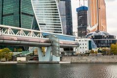 Puente de Bagration sobre el río de Moscú en el fondo del centro de negocio internacional de Moscú MIBC Rusia Imagen de archivo
