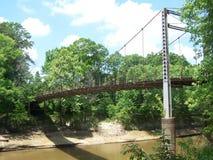 Puente de balanceo viejo Fotografía de archivo