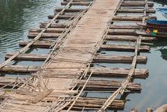 Puente de bambú a través del río en el kanchanaburi Prov de Sangkhlaburi Imágenes de archivo libres de regalías
