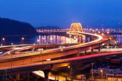 Puente de Banghwa en la noche imagenes de archivo