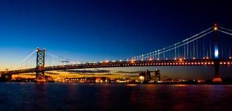 Puente de Benjamin Franklin en la puesta del sol Imagen de archivo