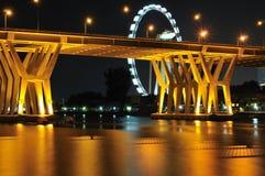 Puente de Benjamin Sheares y el aviador de Singapur Imagenes de archivo