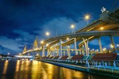 Puente de Bhumibol de la escena de la noche Imagen de archivo libre de regalías