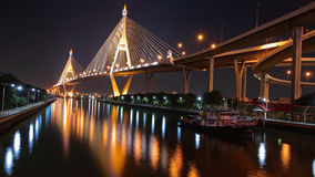 Puente de Bhumibol a través de Chao Phraya River Imagenes de archivo