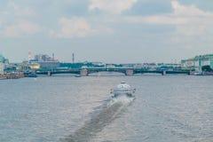 Puente de Birzhevoy o puente del intercambio adentro en St Petersburg, Rusia fotografía de archivo