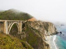 Puente de Bixby en niebla en la carretera 1 Imagen de archivo