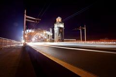 Puente de Bolsheokhtinsky en la noche en St Petersburg en el verano imagen de archivo libre de regalías