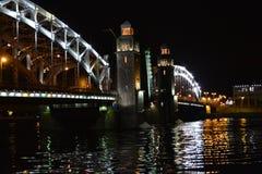 Puente de Bolsheyokhtinsky - puente levadizo a través del río fotos de archivo