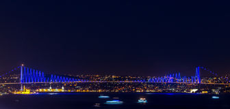 Puente de Bosphorus en Estambul en la noche Imagen de archivo