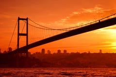 Puente de Bosphorus en Estambul en la puesta del sol Fotografía de archivo