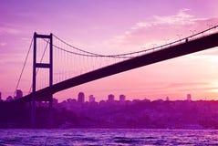 Puente de Bosphorus en Estambul en la puesta del sol Imagenes de archivo