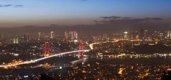 Puente de Bosphorus en Estambul de la colina del camlica en la puesta del sol de la noche Imagen de archivo