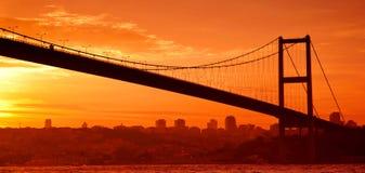Puente de Bosphorus en Estambul en la puesta del sol imagen de archivo