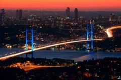 Puente de Bosphorus en la noche Fotos de archivo