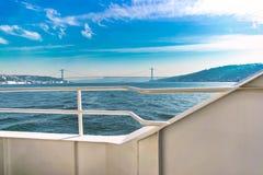 Puente de Bosphorus de la opinión del barco fotos de archivo libres de regalías