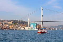 Puente de Bosphorus y mezquita de Ortakoy bajo construcción Fotografía de archivo libre de regalías