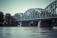 Puente de braguero famoso de Polonia - de Torun sobre el río de Vistula transporte Fotos de archivo libres de regalías