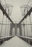 Puente de Brooklyn bajo nevadas fuertes Imagen de archivo