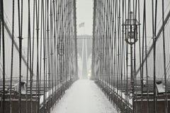 Puente de Brooklyn bajo nevadas fuertes Imagenes de archivo