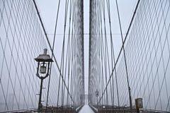 Puente de Brooklyn bajo nevadas fuertes Fotografía de archivo libre de regalías