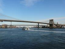 Puente de Brooklyn con East River Imagenes de archivo