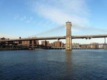 Puente de Brooklyn con East River Foto de archivo libre de regalías
