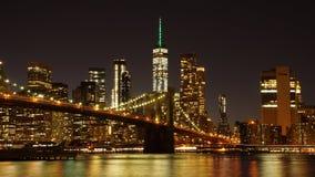 Puente de Brooklyn con el horizonte de Manhattan en el fondo en New York City imagen de archivo