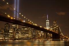 Puente de Brooklyn con el tributo en luz Imágenes de archivo libres de regalías