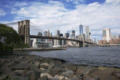 Puente de Brooklyn con horizonte Fotos de archivo