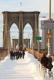 Puente de Brooklyn con nieve Fotos de archivo