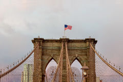 Puente de Brooklyn de la bandera americana en Nueva York Imagen de archivo libre de regalías