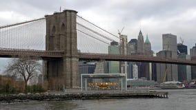 Puente de Brooklyn en el distrito de New York City y de Manhattan Finacial en el fondo almacen de metraje de vídeo