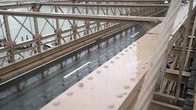 Puente de Brooklyn en la lluvia almacen de video