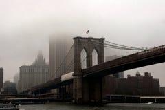Puente de Brooklyn en la niebla Imagen de archivo libre de regalías