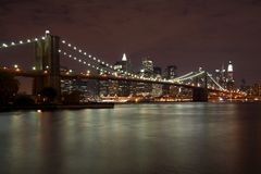 Puente de Brooklyn en la noche Fotografía de archivo libre de regalías