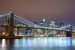 Puente de Brooklyn en la noche Fotos de archivo