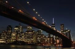 Puente de Brooklyn en la noche Foto de archivo