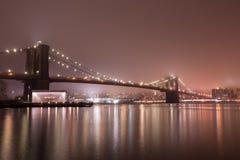 Puente de Brooklyn en la noche de niebla Foto de archivo