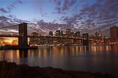Puente de Brooklyn en la noche, Nueva York Imagen de archivo libre de regalías