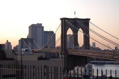 Puente de Brooklyn en la oscuridad en New York City Imagen de archivo