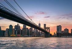 Puente de Brooklyn en la oscuridad en NYC Fotografía de archivo