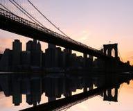 Puente de Brooklyn en la puesta del sol Fotos de archivo