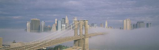 Puente de Brooklyn en niebla con el horizonte de Nueva York fotografía de archivo libre de regalías