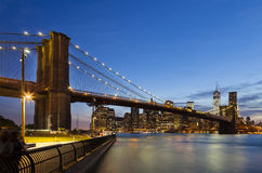 Puente de Brooklyn en Nueva York en la noche Imagen de archivo
