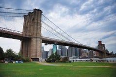Puente de Brooklyn, horizonte de Manhattan de Nueva York Foto de archivo