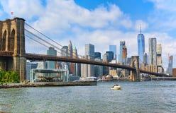 Puente de Brooklyn de la suspensión a través del Lower Manhattan y de Brooklyn foto de archivo libre de regalías
