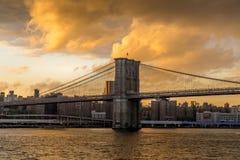 Puente de Brooklyn de NY en la puesta del sol imagen de archivo