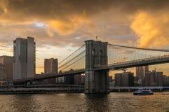 Puente de Brooklyn de NY en la puesta del sol fotos de archivo
