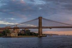 Puente de Brooklyn de NY en la puesta del sol imagenes de archivo