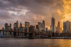Puente de Brooklyn de NY en la puesta del sol foto de archivo